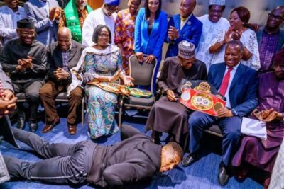 Anthony Joshua Prostrates as he shows President Buhari his World Heavy Weight titles (Photos)